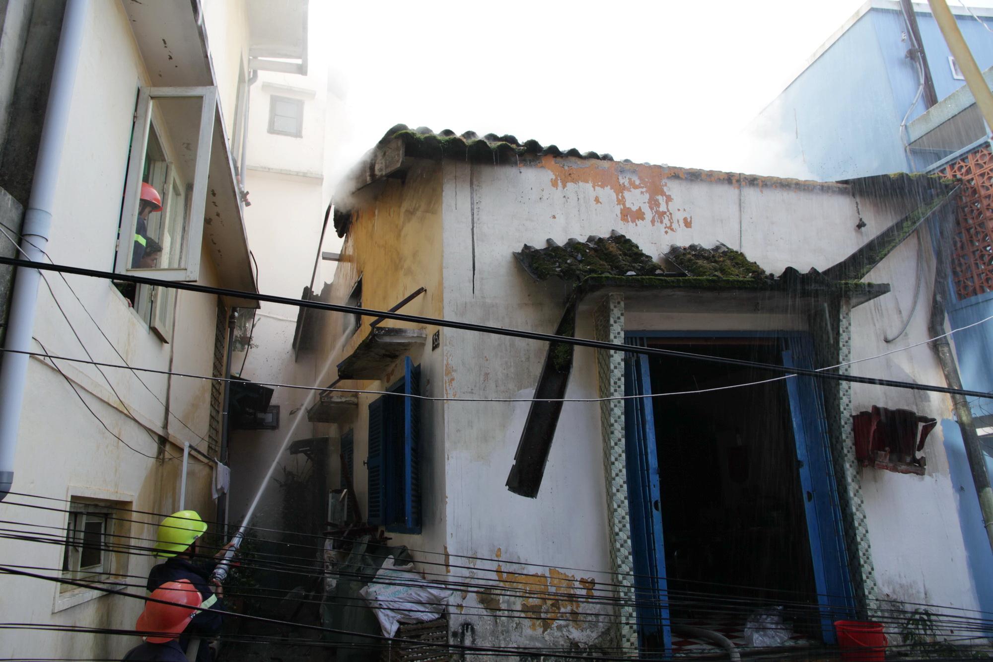 Lực lượng PCCC đến kịp lúc nhưng cũng không cứu nổi căn nhà