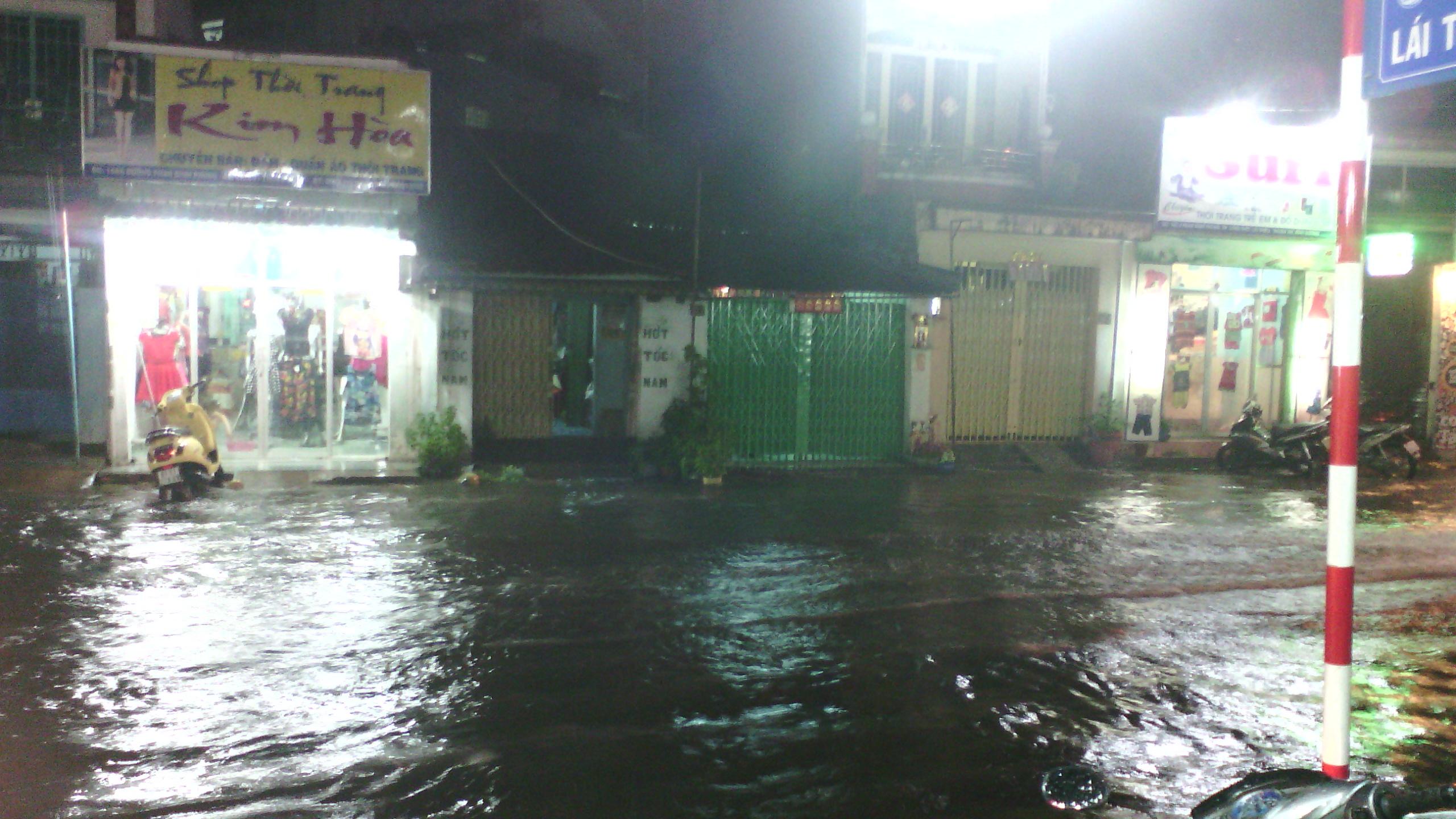 Mưa nửa giờ, thị xã Thuận An chìm trong nước