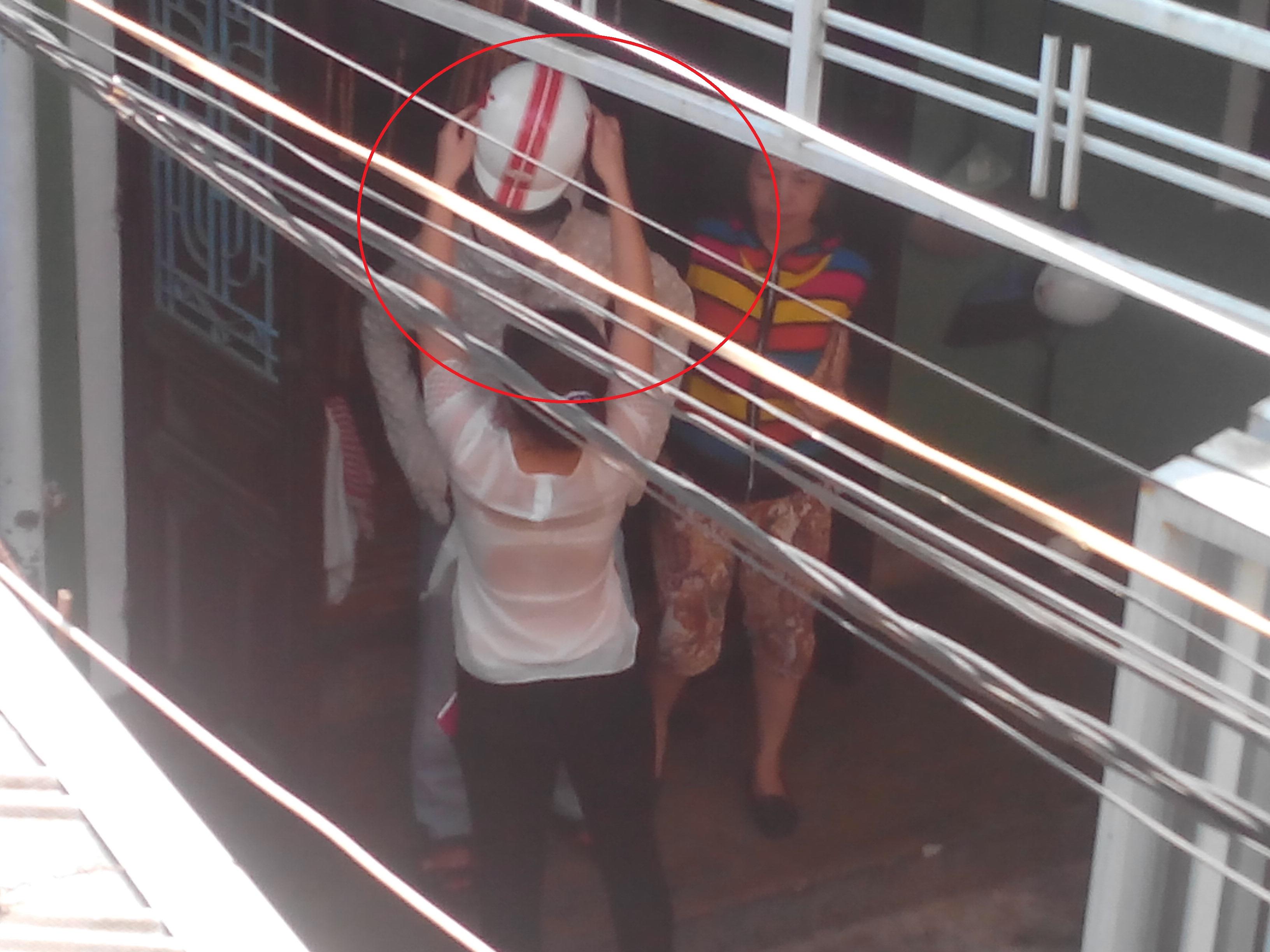 Hung thủ mặc quần jean, áo chồng nắng, đội mũ bảo hiểm