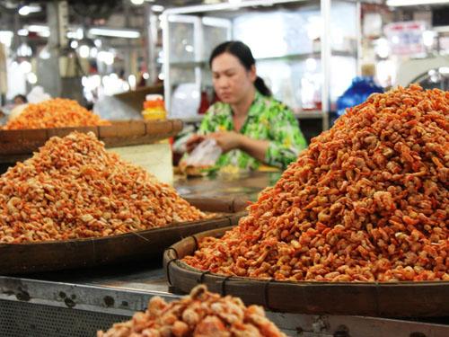 Quầy bán tôm khô ở chợ