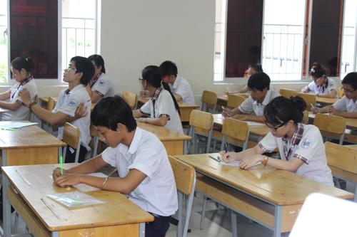Thí sinh tại Hội đồng thi Trường THPT Nguyễn Hữu Thọ chuẩn bị làm bài thi môn ngữ văn. Ảnh: H. Lân