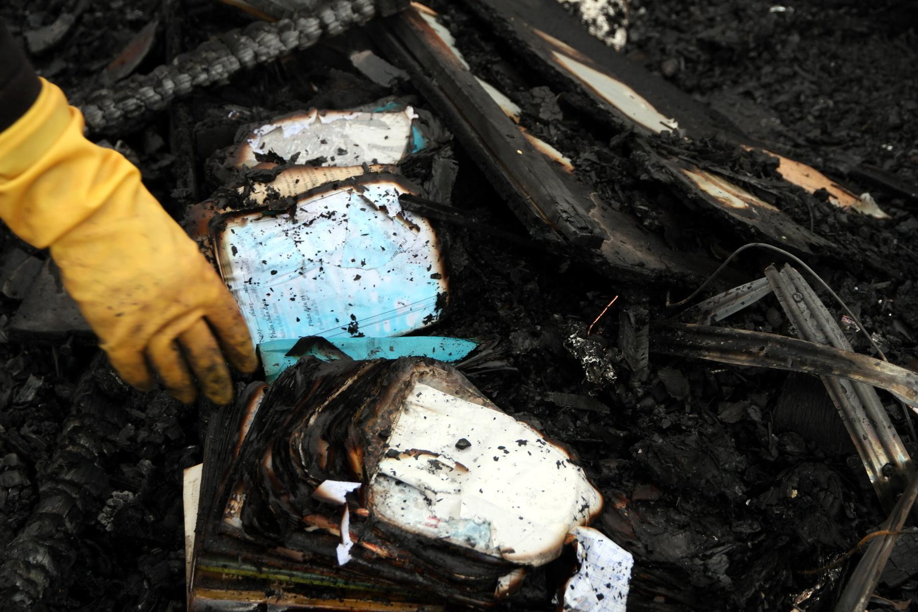Sách vở của hai đứa con bị cháy sạch