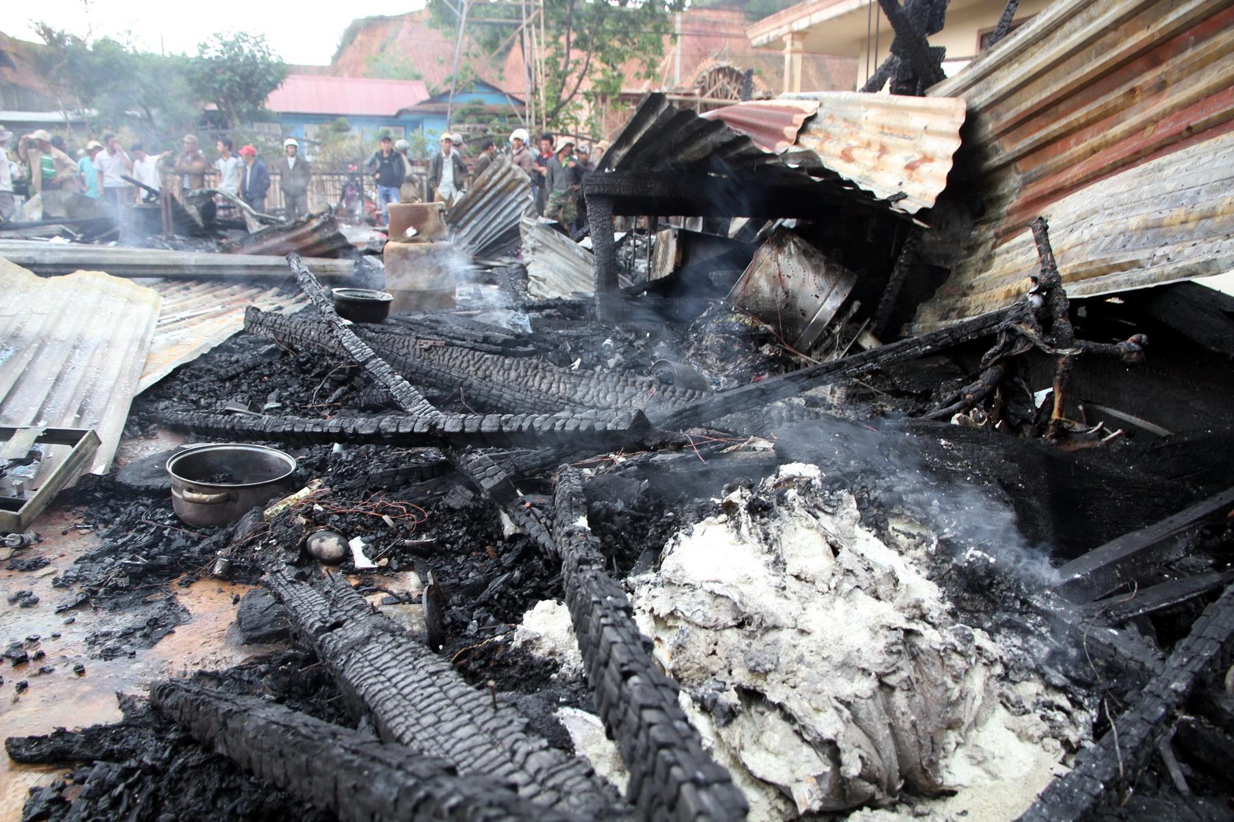 Ngôi nhà được làm bằng gỗ nên không thể khống chế nổi ngọn lửa