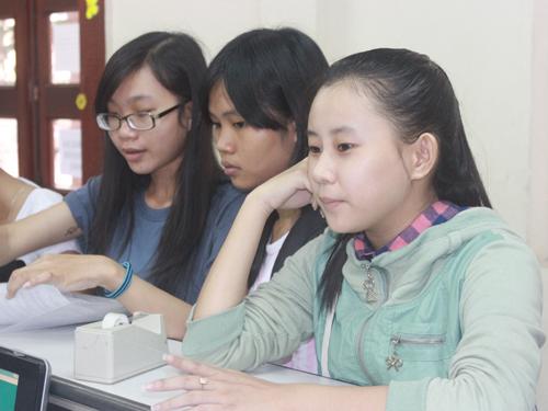 Thí sinh chỉnh sửa giấy báo thi tại Trường ĐH Khoa học Xã hội và Nhân văn TP HCM. Ảnh: H. Lân