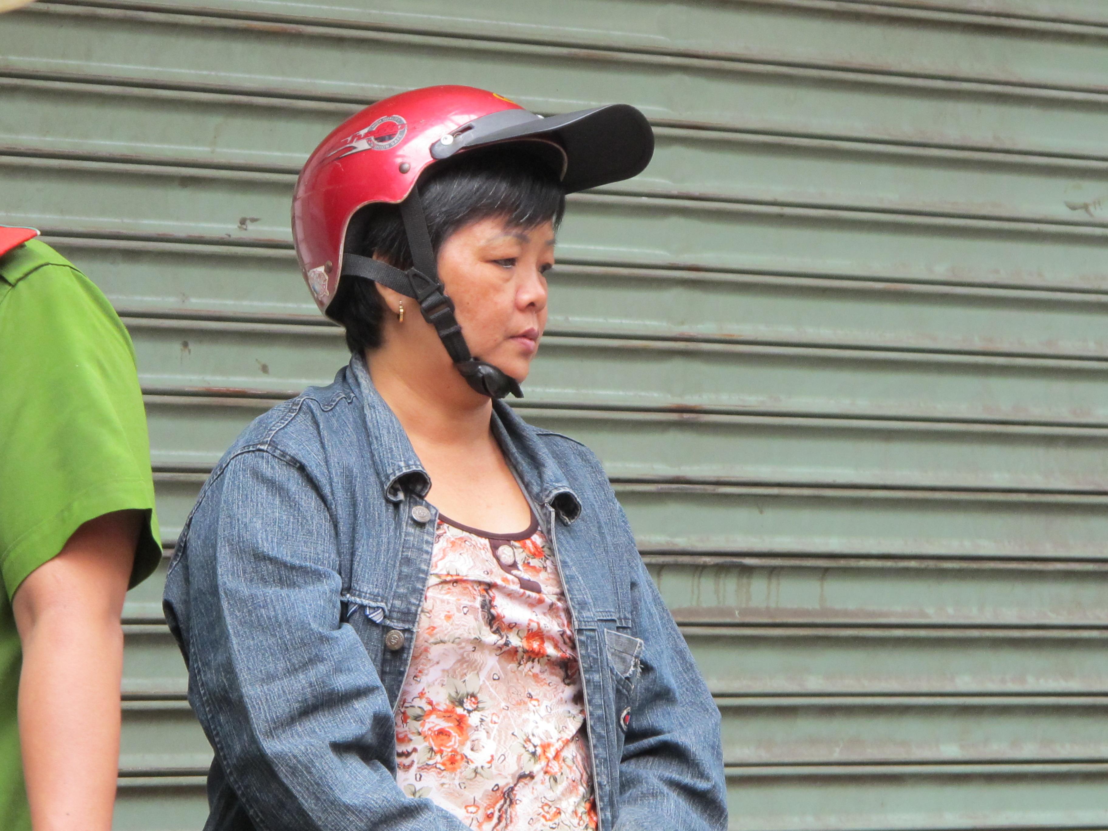 Bà Trần Thị Châu Lan đứng bất thần bên căn nhà bị cháy