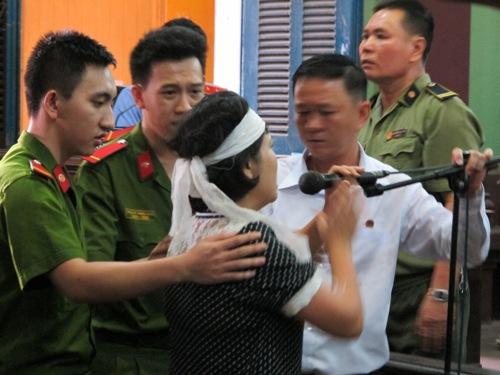 Vợ nạn nhân bức xúc trình bày