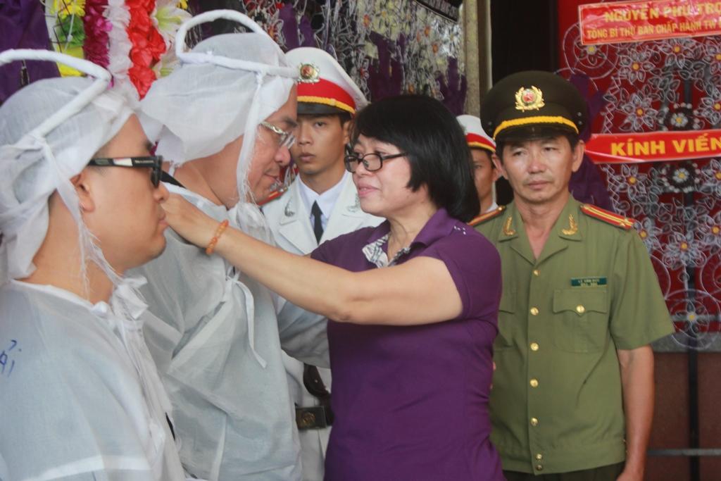 Bà Nguyễn Thị Lệ Thủy, Thư ký tòa soạn Báo Người Lao Động chia buồn cùng gia quyến thiếu tường.