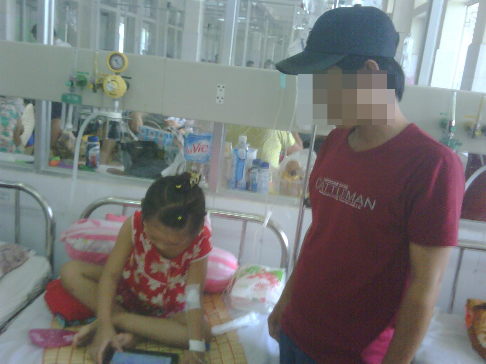Từ ngày bị nạn, cha cả tháng qua ứng trực bệnh viện chăm sóc chị, còn mẹ thì ở quê chăm đứa em.