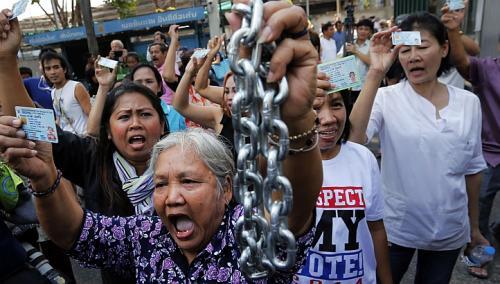 Protesters demanding the right to vote break into the district office, chained earlier by anti-government protesters, after voting was called off in Din Daeng district in Bangkok, on Feb 2, 2014. -- PHOTO: REUTERS