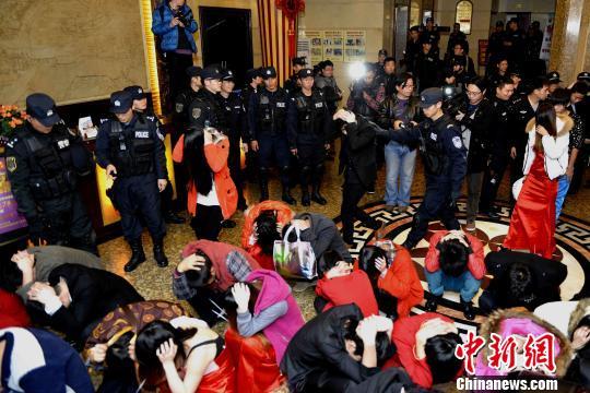 Chính quyền tỉnh Quảng Đông đóng cửa 38 quán bar có karaoke và 156 nhà tắm hơi, massage có tổ chức hoạt động mại dâm. Ảnh: CHINA NEWS