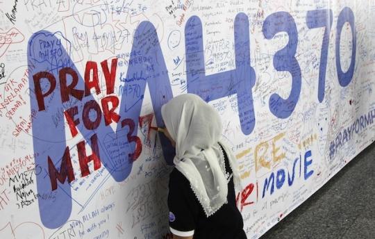 """Một số người thân của những hành khách Trung Quốc trên chiếc máy bay mất tích MH370  """"cầu mong"""" chiếc máy bay mất tích bị không tặc tấn công. Ảnh: REUTERS"""