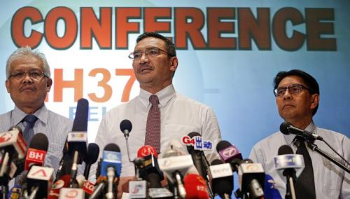 Bộ trưởng Giao thông Malaysia Datuk Seri Hishammuddin Hussei (giữa) kêu gọi Malaysia đoàn kết.  Ảnh: REUTERS