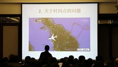 Thân nhân các hành khách dự cuộc họp báo với chính phủ Malaysia và các đại diện quân sự  tại khách sạn Lido ở Bắc Kinh ngày 22-3. Ảnh: REUTERS