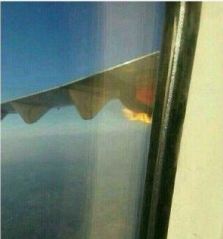 Một trong những hành khách chụp lại được cảnh động cơ bốc cháy và đăng tải trên mạng. Ảnh: THE NEW STRAITS TIMES