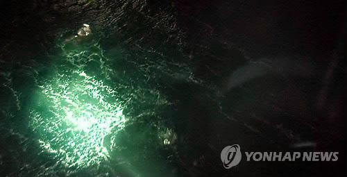 A North Korean crew member is being rescued by the South Korean Coast Guard from waters off the coast of the southern city of Yeosu on April 4, 2014, after a cargo ship carrying 16 North Koreans sank for an unidentified reason. (Yonhap)