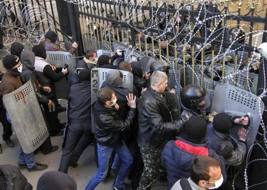 Pro-Russia protesters scuffle with the police at the regional government building in Donetsk April 6, 2014. REUTERS-Stringer