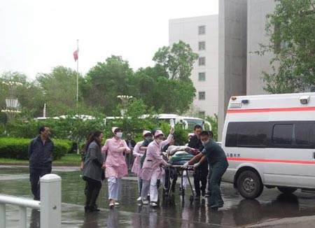 Hospital staff attend to victims of the Urumqi market bombing on May 22, 2014. (Photo/Xinhua)
