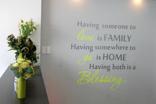 Những trang trí trên tường nhẹ nhàng, giản đơn cũng tạo hiệu ứng dễ chịu khi bước vào căn phòng. Góc thông điệp yêu thương ở ngay lối vào bên tay phải chào đón mỗi khi chủ nhân bước về căn hộ sau một ngày làm việc hay thay lời chào đón với khách ghé thăm.
