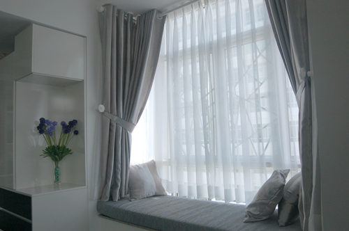 Góc thơ mộng trong phòng ngủ, ghế tựa trắng êm ái, là góc đọc sách, thư giãn tuyệt vời.