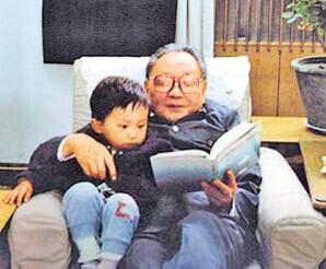 Cố lãnh đạo Đặng Tiểu Bình và cháu nội Đặng Trác Đệ  Ảnh: CHINA PRESS