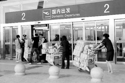 警方在候机大厅入口对进入大厅的人员和行李进行检查