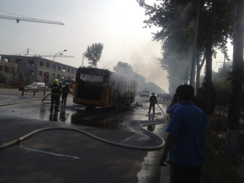 Firefighters put out bus fire in Yantai of Shandong province Wednesday morning. [Photo: Qilu Evening News]