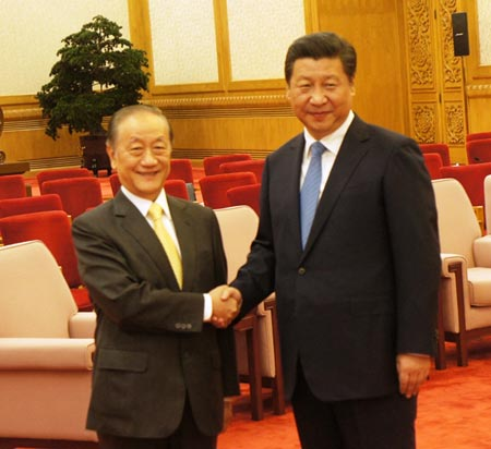 Xi Jinping, right, meets Yok Mu-ming at the Great Hall of the People in Beijing, Sept. 26. (Photo/Chen Po-ting)