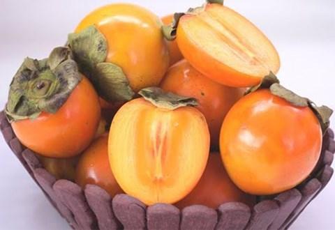 Còn hồng trứng Đà Lạt lại có màu vàng cam - Ảnh: Phan Diệu