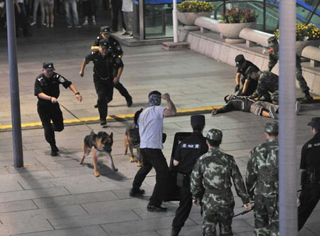 Beijings public security bureau carries out an anti-terror drill on Aug. 29. (Photo/Xinhua)