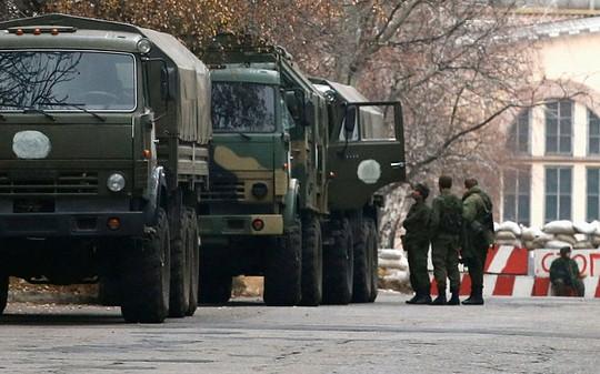 Xe quân sự không biển số được nhìn thấy gần một trạm kiểm soát ở Donetsk, miền Đông Ukraine hôm 12-11. Ảnh: Reuters