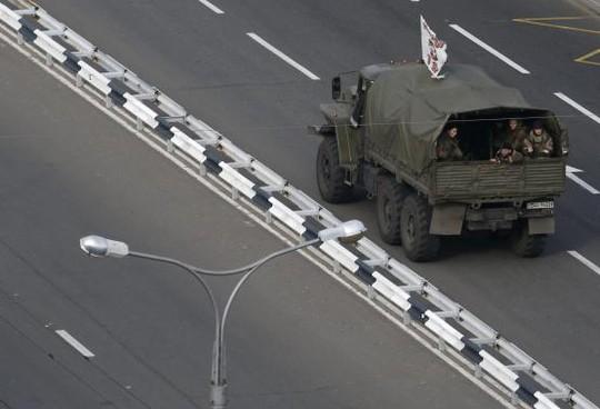 Các tay súng hỗ trợ phe ly khai thân Nga tại Donetsk di chuyển trên một chiếc xe tải. Ảnh: Reuters
