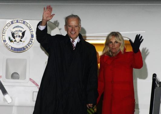 Phó Tổng thống Mỹ Joe Biden và vợ tại sân bay quốc tế Boryspil, Kiev - Ukraine ngày 20-11. Ảnh: REUTERS