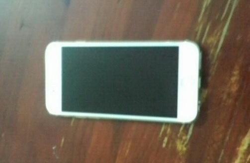 Chiếc iPhone 6 Plus của nạn nhân Thảo và xe máy của 2 tên cướp giật.