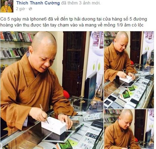 """Sư thầy Thích Thanh Cường đang """"đập hộp"""" iPhone 6. Ảnh: facebook"""