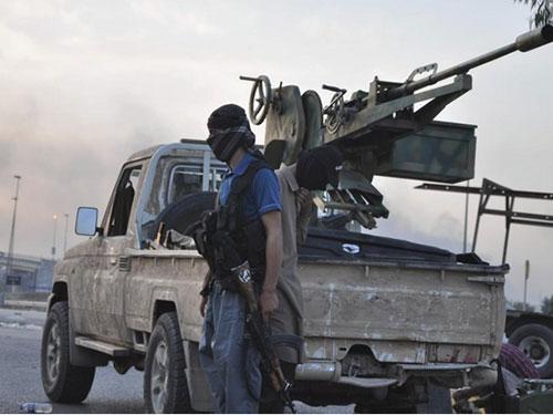 Một tay súng phiến quân Nhà nước Hồi giáo (IS). Ảnh: Reuters