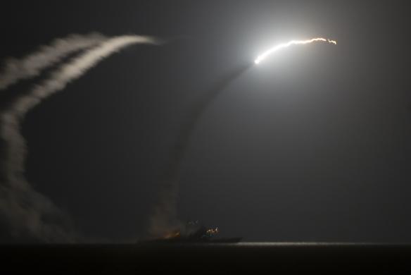 Tên lửa Tomahawk phóng đi từ tàu USS Philippine Sea trên vịnh Ả Rập tối 22-9. Ảnh: REUTERS
