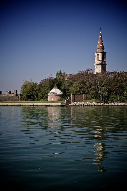 Trên hòn đảo còn có một lâu đài từ thế kỷ 15 và 1 tu viện cổ kính. Ảnh: Mental Floss
