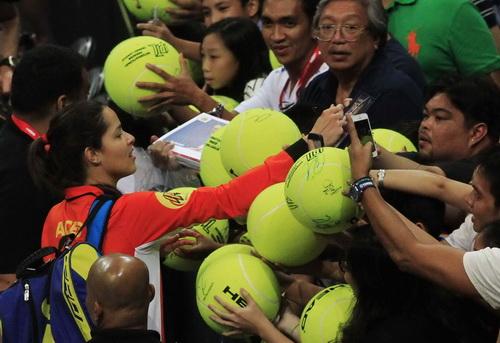 Ivanovic mỏi tay ký tặng người hâm mộ sau khi đánh bại Sharapova