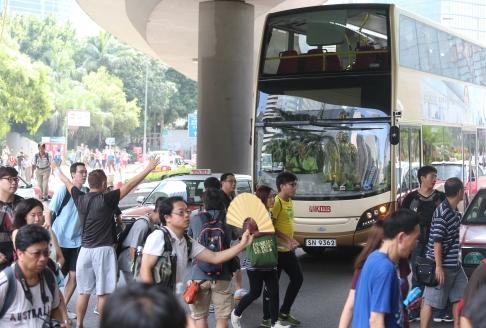 Một trong những tuyến đường chính phải đóng cửa vì biểu tình. Ảnh: SCMP