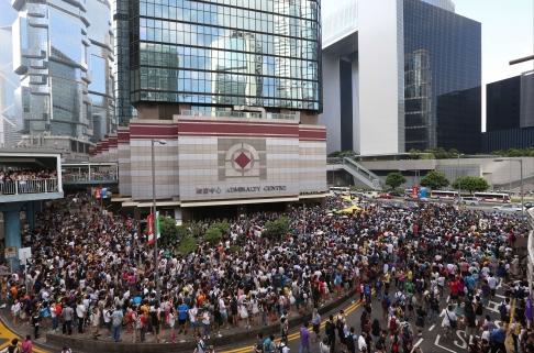 Số người biểu tình đã tăng lên 30.000 người. Ảnh: SCMP