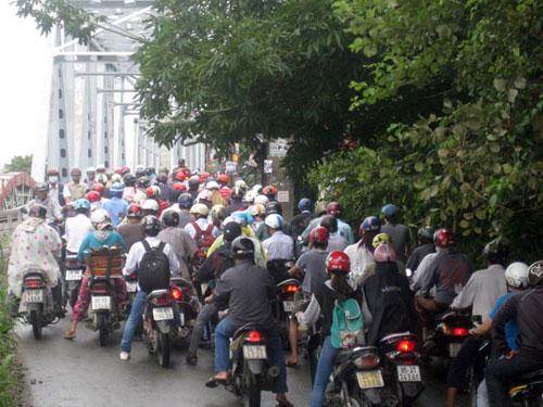 kẹt cầu Bình Lợi, TP HCM vì xem xác chết trôi sông