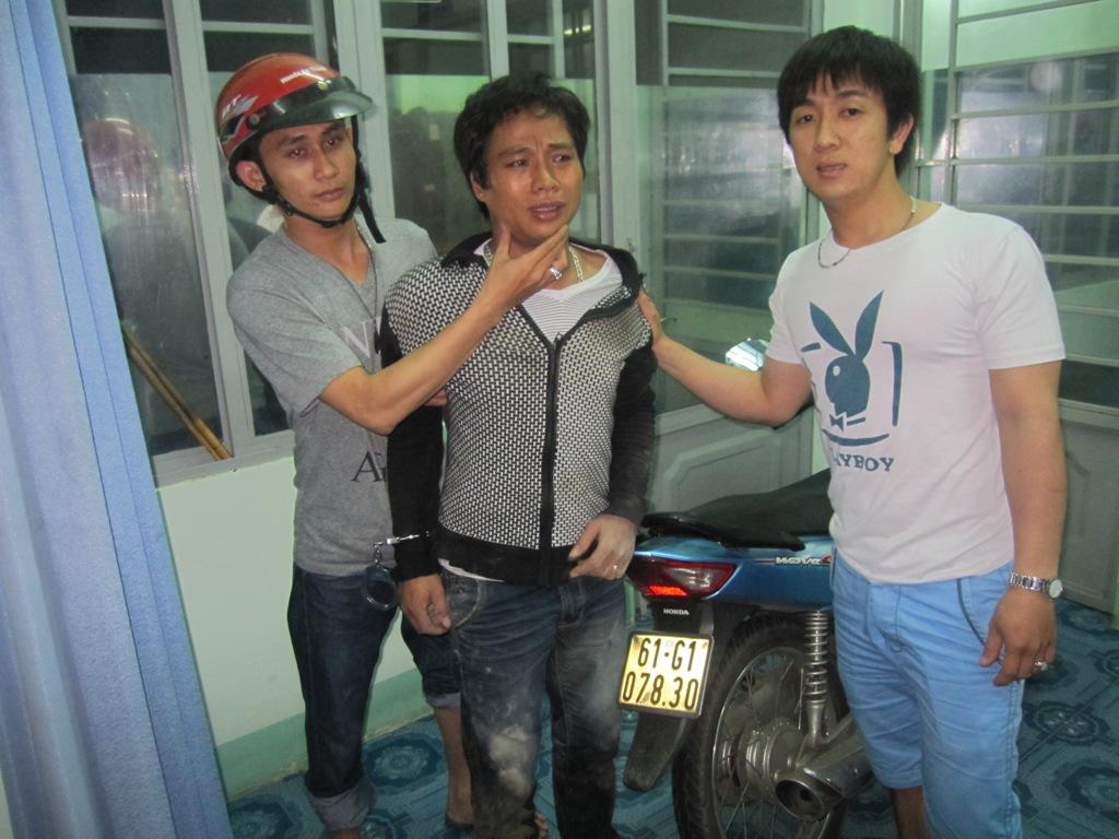 """""""Hiệp sĩ"""" Thạch Đạt và Nguyễn Minh bắt nóng đối tượng Trường (giữa) vào khuya 24-6, sau khi trộm xe."""