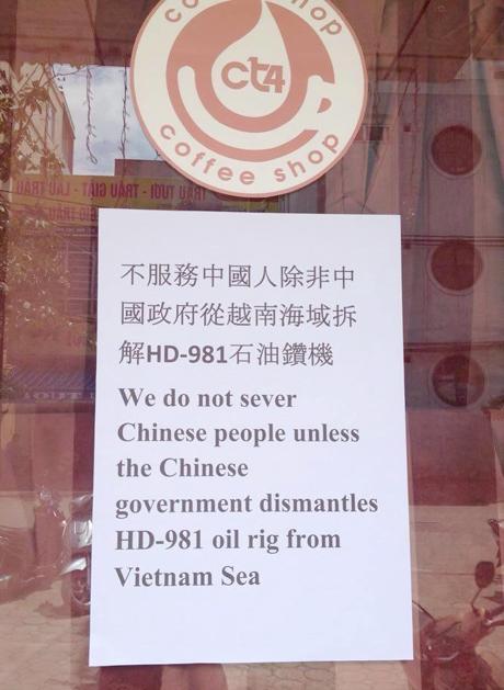 Thông báo không phục vụ khách Trung Quốc ở quán cà phê ở Hà Nội. Ảnh: Dân trí