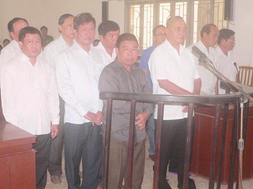 11 bị cáo trong vụ án khai thác cát trái phép tại TAND tỉnh Đồng Tháp.