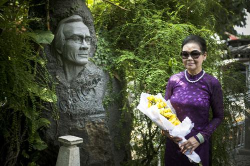 Ca sĩ Khánh Ly trong chuyến viếng mộ nhạc sĩ Trịnh Công Sơn