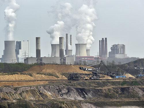 Khí thải từ một nhà máy điện ở Đức Ảnh: AP