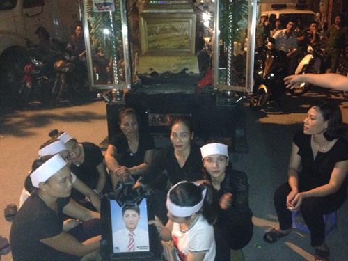 Gia đình đưa quan tài nạn nhân ra ngã 5 thị trấn Sặt để yêu cầu công an điều tra làm rõ nguyên nhân tử vong