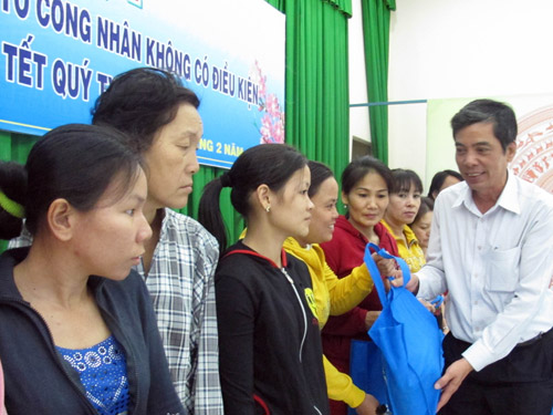 Ông Nguyễn Văn Khải, Phó Chủ tịch Thường trực LĐLĐ TPHCM, trao quà Tết cho công nhân huyện Hóc Môn. Ảnh: HỒNG NHUNG