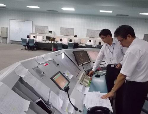 Vị trí trực kíp trưởng của Trung tâm Kiểm soát tiếp cận đường dài Hồ Chí Minh. Ảnh: Tô Hà