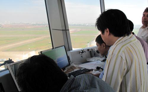 Trên đài kiểm soát không lưu sân bay Tân Sơn Nhất - Ảnh minh họa